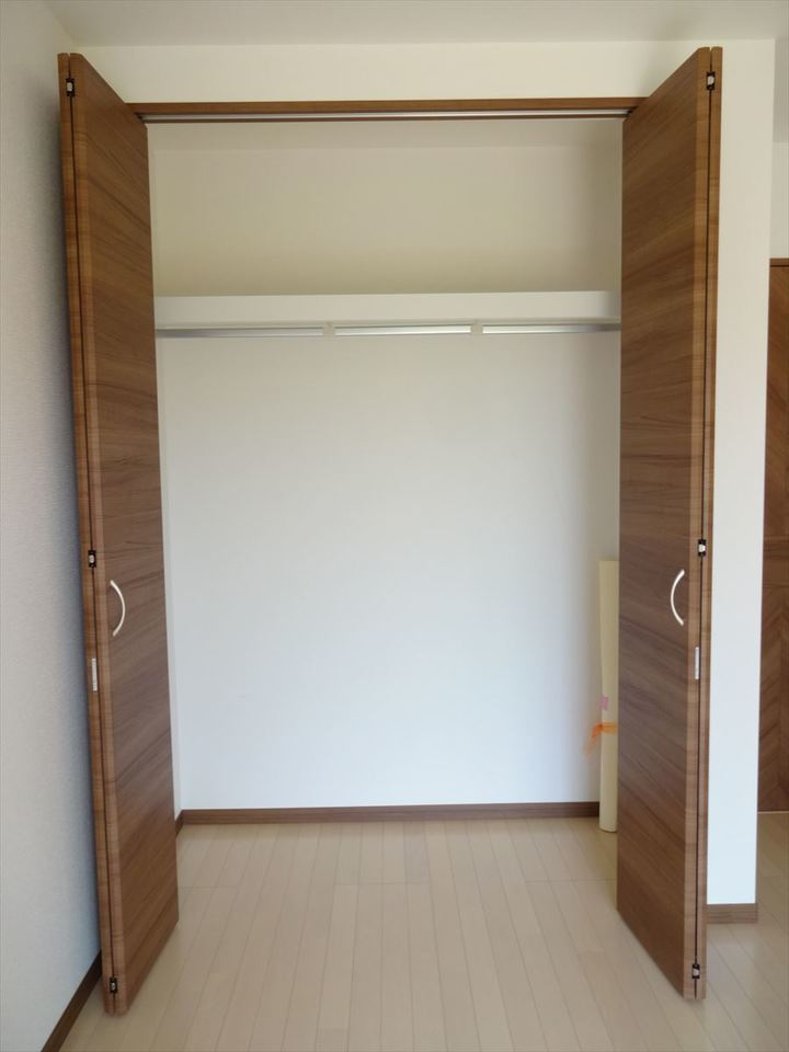 1F洋室の収納はコートやお子様の制服・通学用品を収納したりとファミリークローゼットとして活用できます。