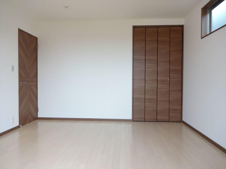 明るく、収納スペースも完備された洋室は、子供部屋としても、寝室としてもお使い頂けます。