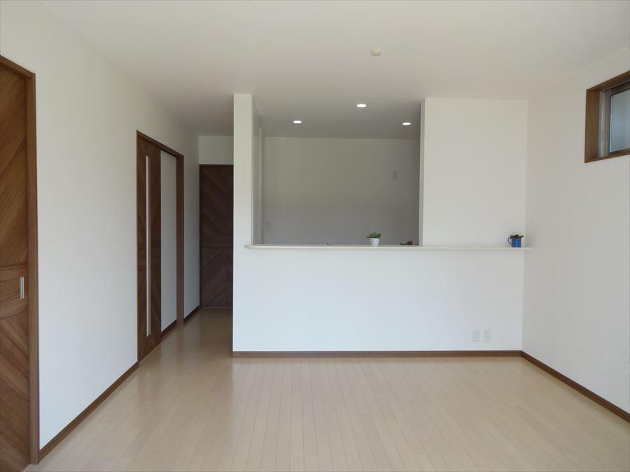 縦の空間を利用し、6帖の洋室とつながりがあるので、明るく開放的なLDK♪