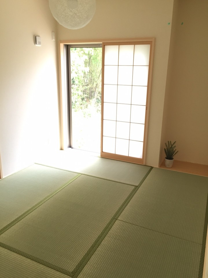◎1階には5.5帖の和室がございます。廊下から直接出入り可能なので、客間としてのご利用に大変便利です♪