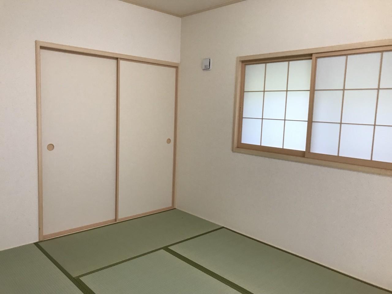 ◎1階には6畳の和室があります。これから畳を張る状態です。リビングと隣室のため、より広々空間を楽しめます♪