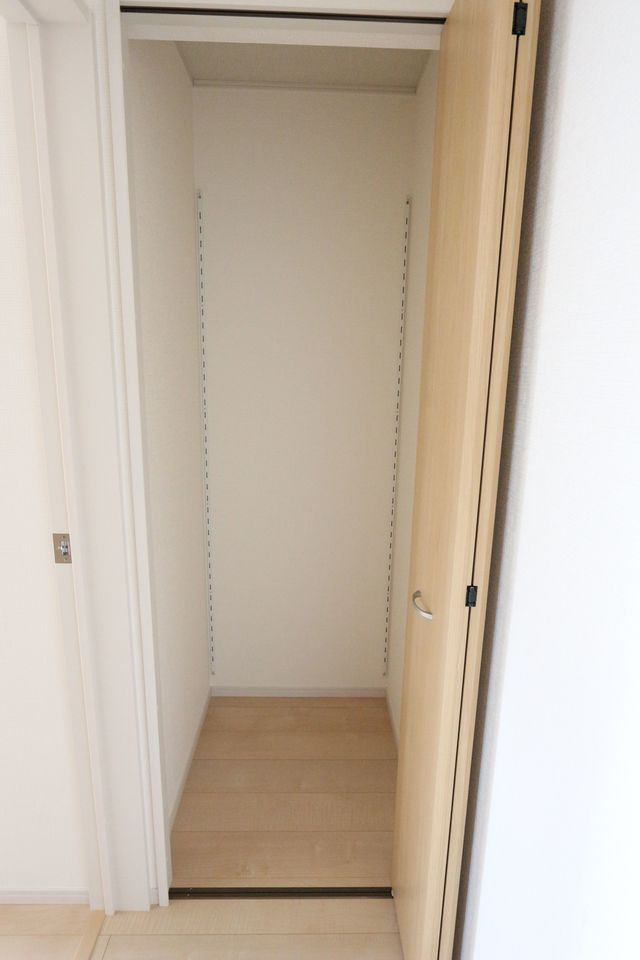 2階廊下にも収納を設置。 少しのスペースでも有効活用しています。