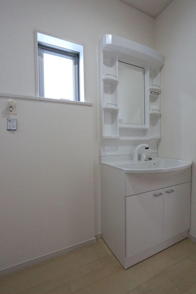 大型の洗濯機も無理なく設置できる広さです。 洗面台はシャワー付きです。