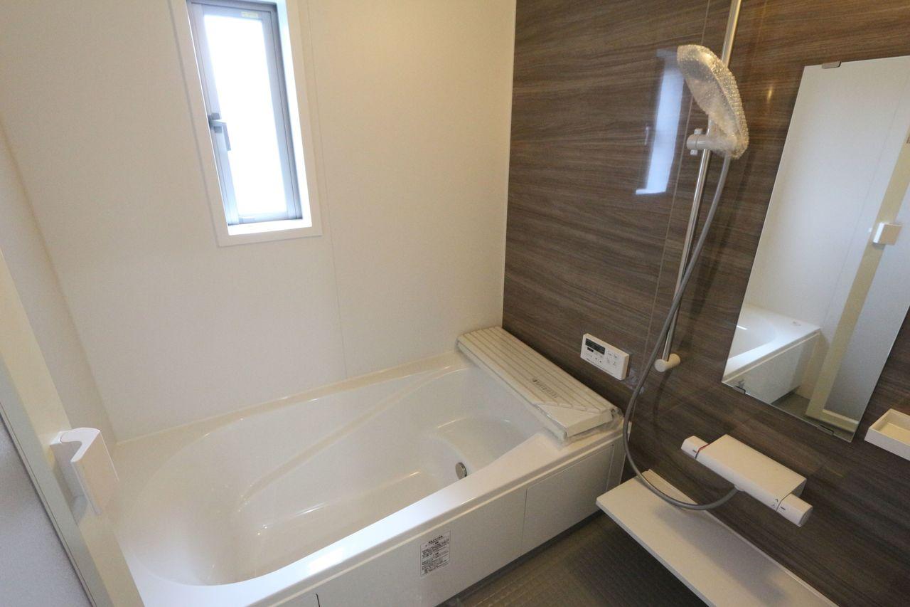 1坪サイズのゆったりサイズ♪ 浴室乾燥機付きで雨の日のお洗濯も安心です。
