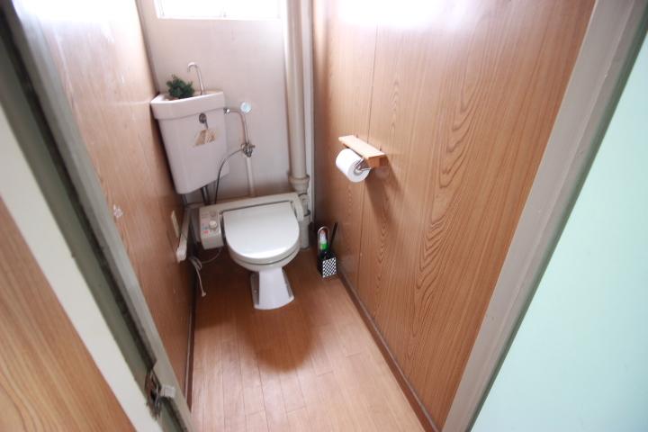 白を基調とした清潔感のある浴室 入浴後は窓を開けて換気もできますね