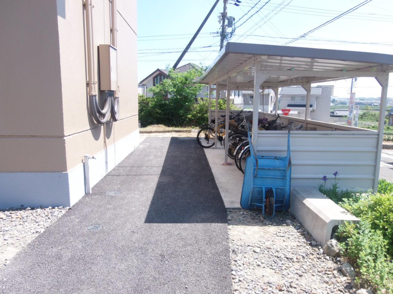 屋根付き駐輪場があるので、自転車も安心して保管できます