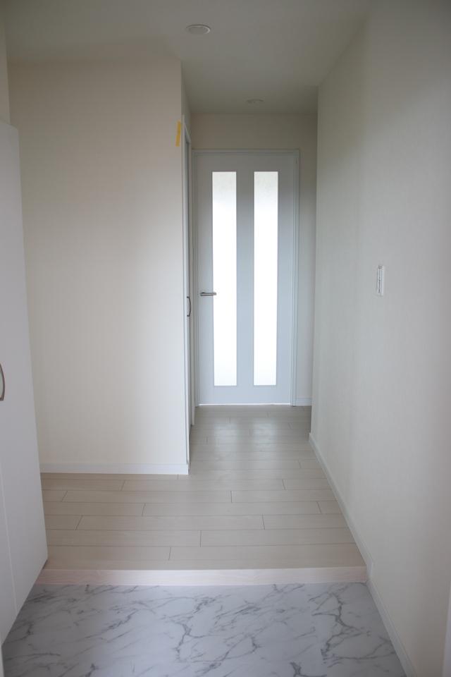 玄関も明るく清潔感あります