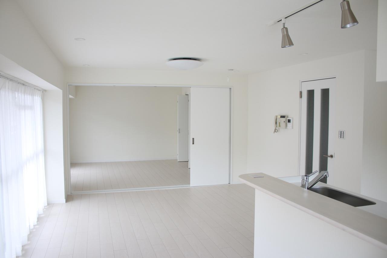 全面リフォーム済の室内 ホワイトの内装のため、室内は明るいです