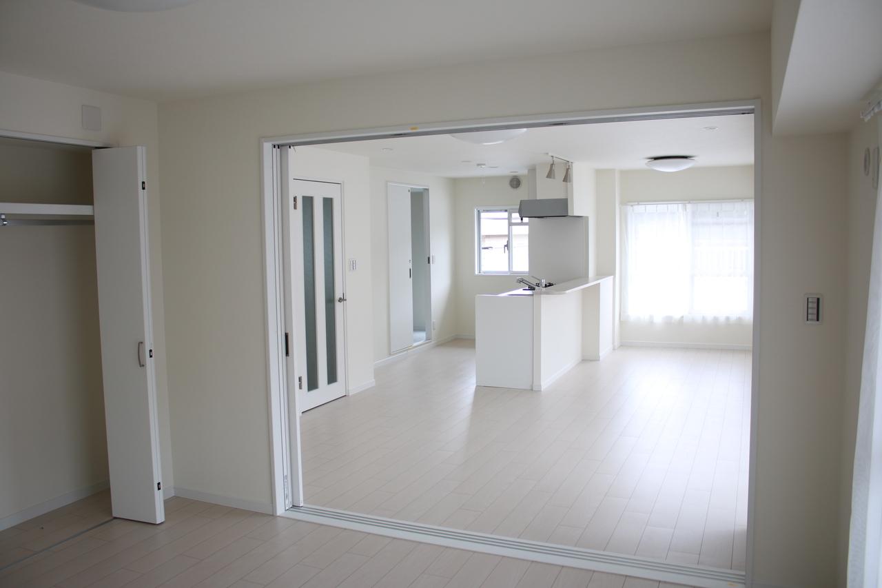 リビングの続き間の8帖洋室 3枚引込み戸を開ければ、更に広いリビングとして使えます。 お友達を招いてホームパーティはどうでしょう?