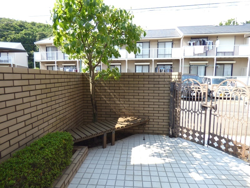 ◎玄関アプローチ(6/17更新) 玄関アプローチにはちょっとした椅子も設けています。外装リフォームとして、床タイルやコンクリートの洗浄、玉砂利交換も行っています!