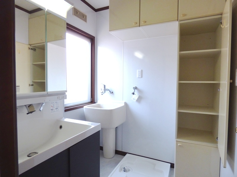 ◎洗面所(6/17更新) 新しく洗濯機置場も設置いたしました! 洗面所内に収納があるので、タオルなどもまとめて収納しておけます!