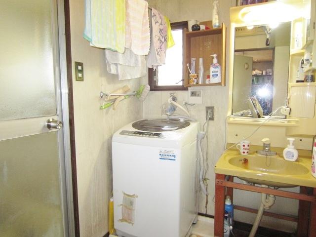 防水バン付の洗濯機置き場があります。