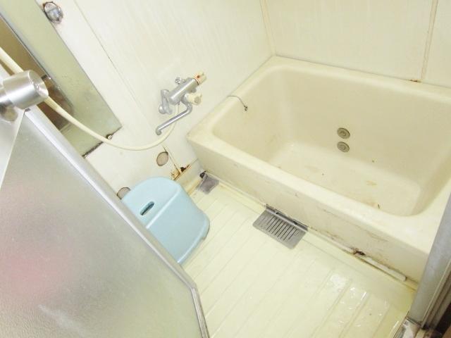 窓のある明るい浴室