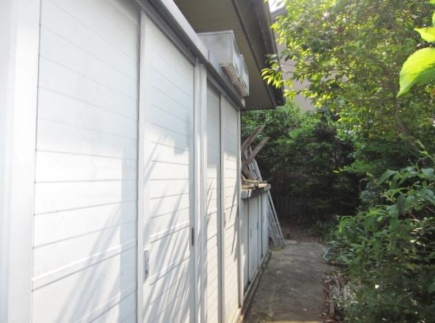 西側に物置あり。 庭いじりの道具やアウトドア用品の収納に◎