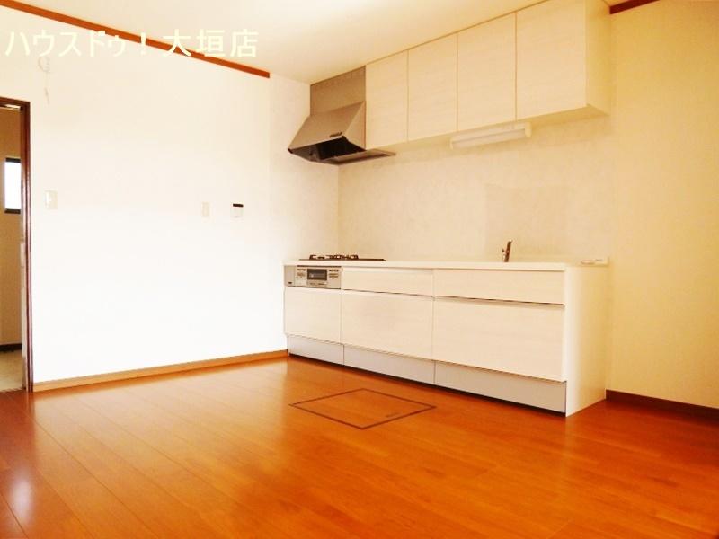 床下収納やキッチン収納で収納豊富なキッチンまわりです。