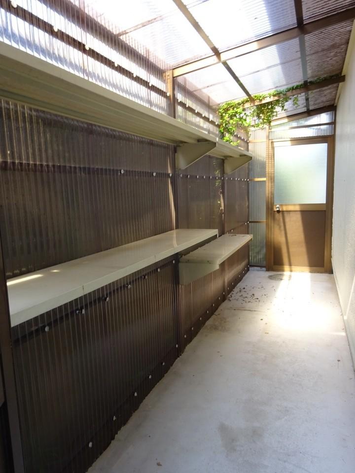 建物裏手には、ウォークインの 部屋付き収納スペース◎ 用途さまざまです♪