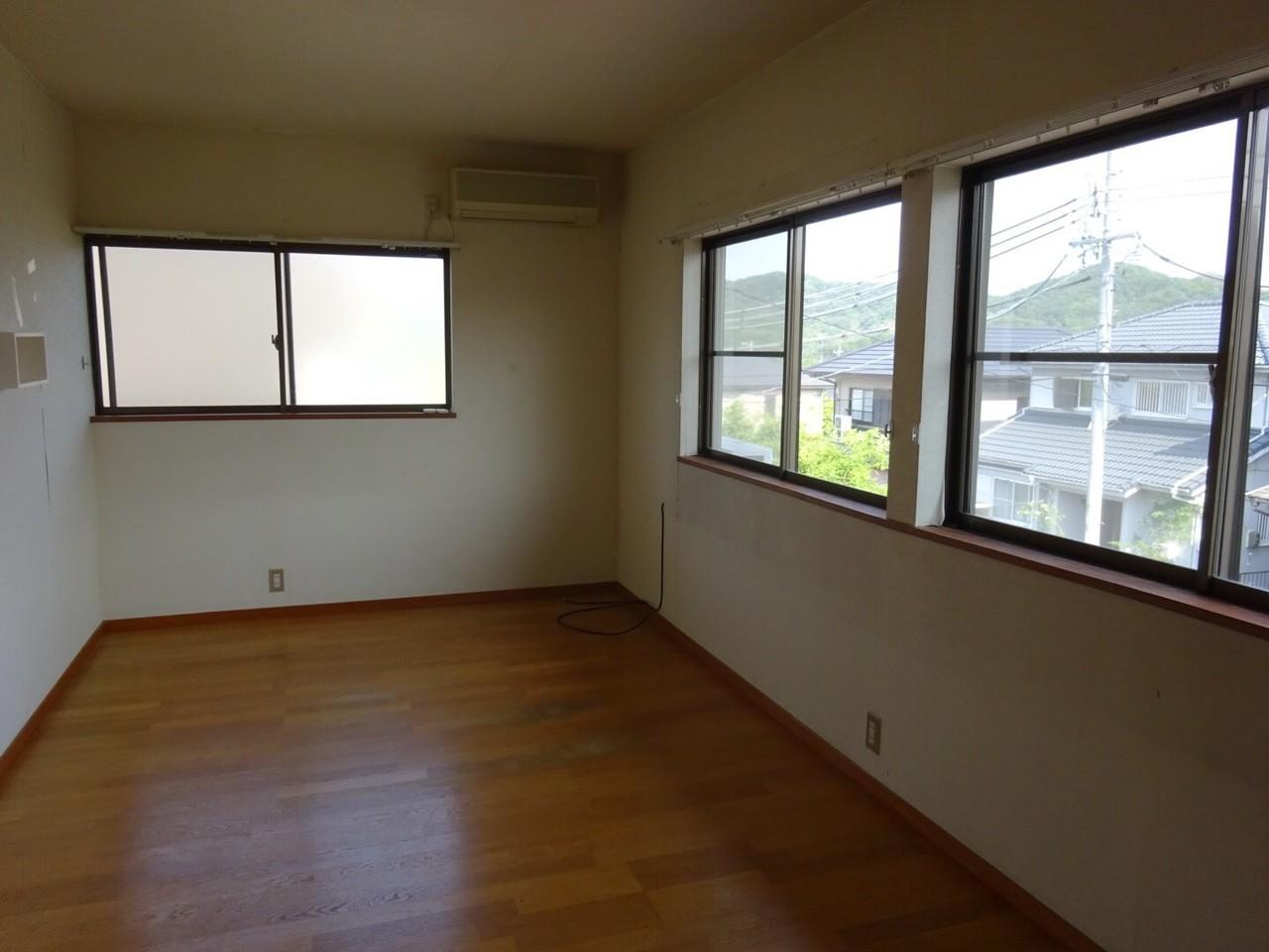 7帖の洋室! 南側に大きな窓が二つあり 大変明るいお部屋です♪