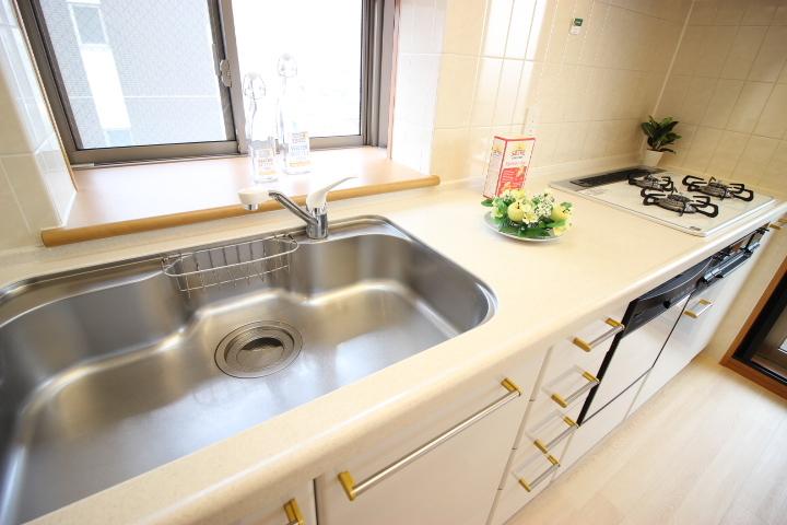 白が基調のキッチンは清潔感がありますね!