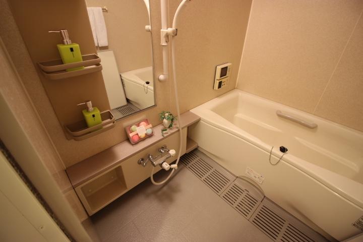 1日の疲れを癒す浴室は洗面所の奥に位置しています。