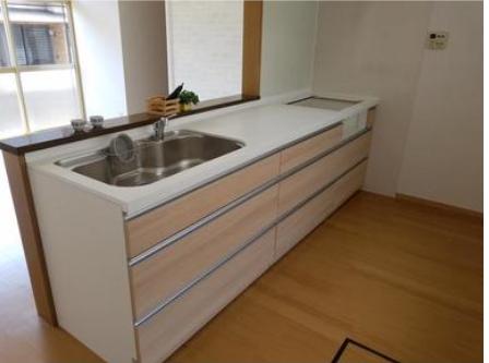対面キッチンは、リビングの様子をみながら家事ができるので、安心ですね。