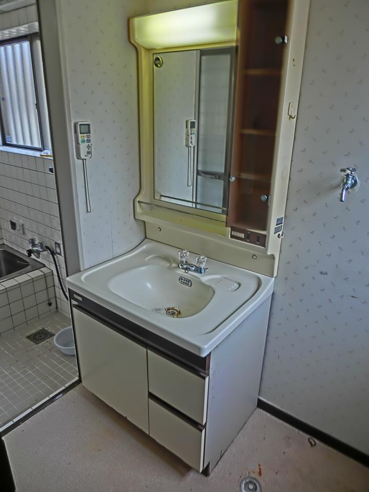 洗面所です 洗濯機置き場の横にも大きめの窓があり、室内明るいです♪
