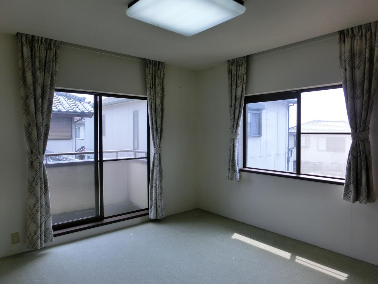 2F 洋室8帖です 風通しの良いお部屋です