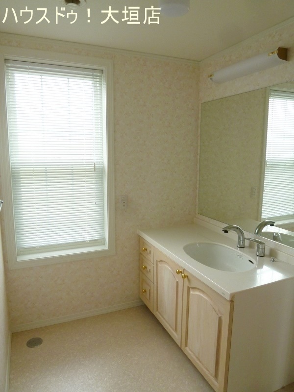大きな窓で明るい洗面所。スペースも広く快適にお使い頂けます。