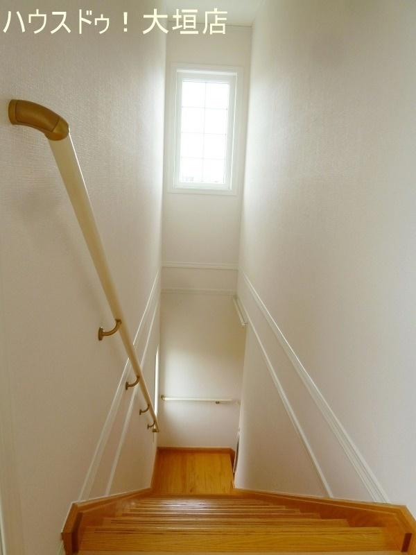窓からの光で暗くなりがちな階段周りも明るくなります。