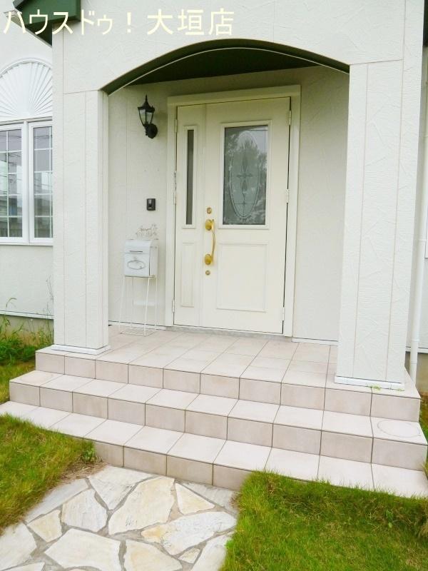 洋風な雰囲気のある玄関アプローチ。