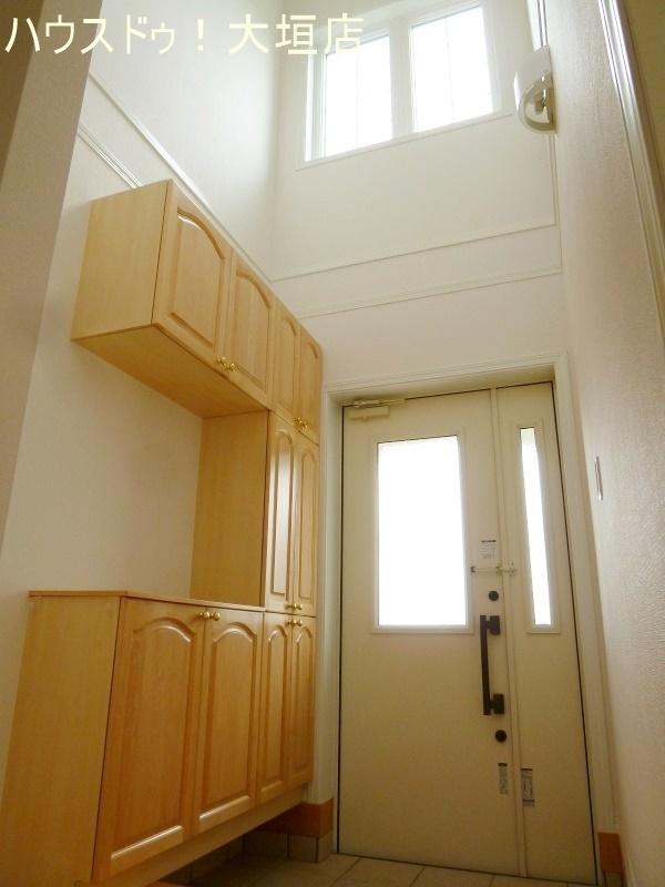 吹き抜けで開放感のある玄関。