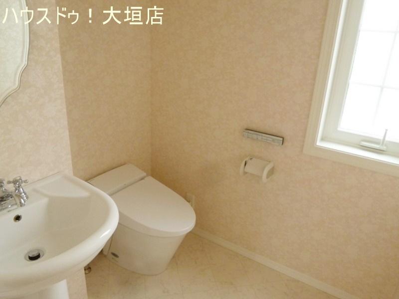 手洗い器付きで便利なトイレ。スペースも広くゆったりとお使い頂けます。