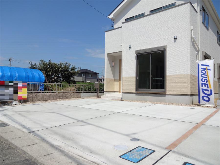 並列で2台駐車可能です。 間口約8.0mで駐車もしやすいです。