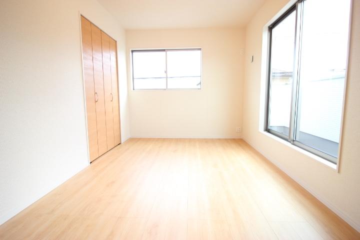 2階 8畳洋室 温かみのある洋室はバルコニーへの出入りができます