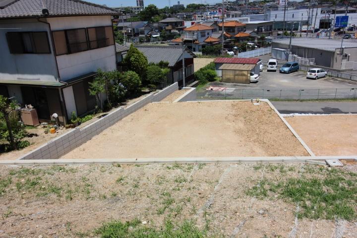 新田小学校が徒歩6分の立地です。6年間通う小学校が近いのは安心ですね。