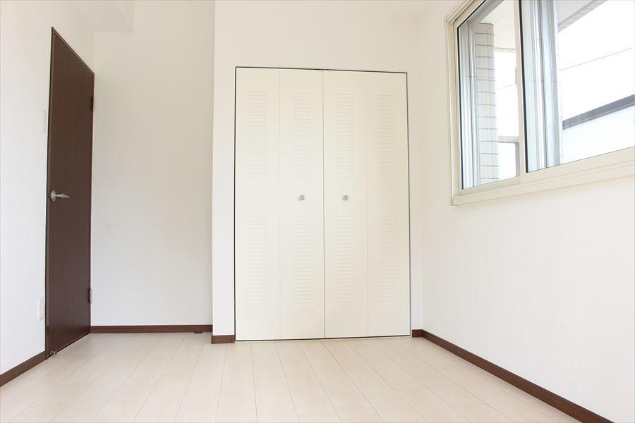 5.5帖の洋室にも収納が付いています。住空間がスッキリしますね。