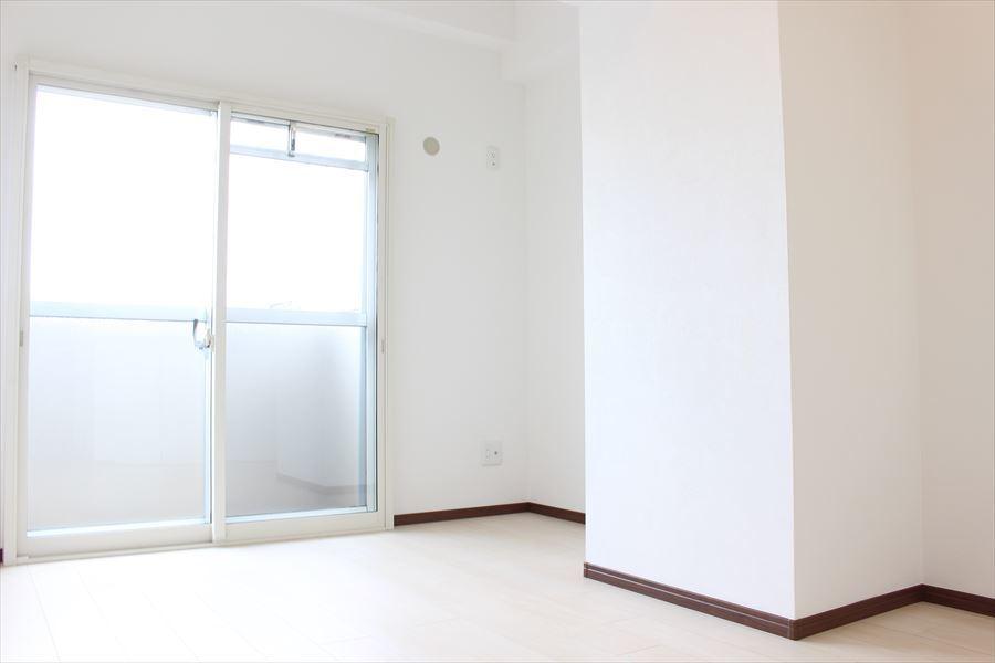 東側5帖の洋室は、大きな窓から明るい光が入ります。風も通るので心地良い空間になっています。