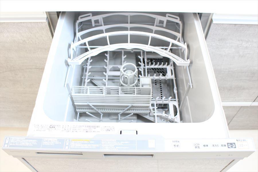 システムキッチンには女性に嬉しい食洗機が付いています。時短につながりますね!