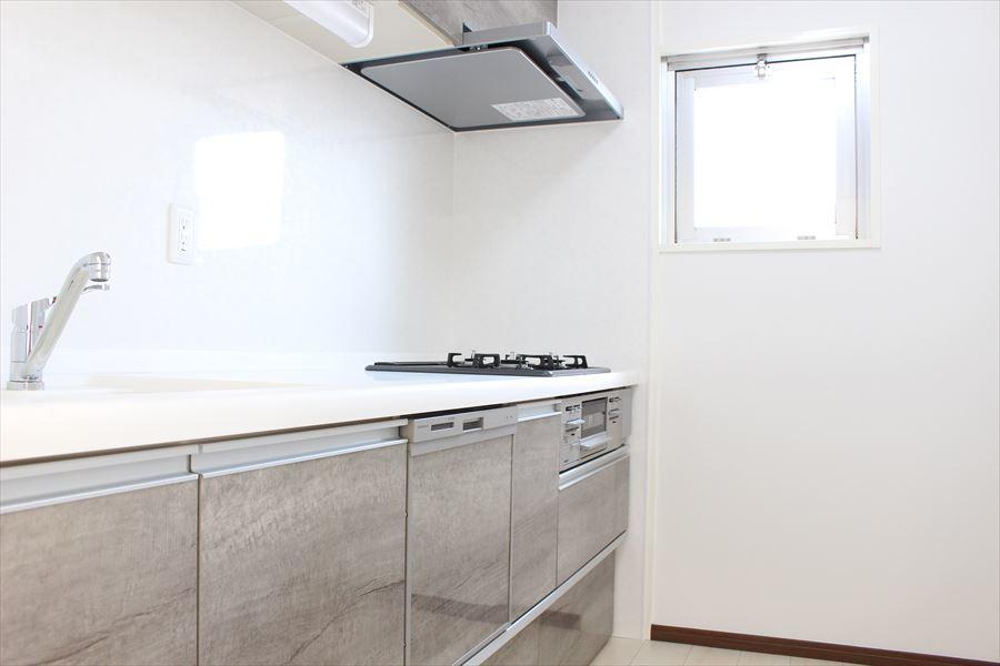 使い勝手の良く、収納豊富なシステムキッチンです。角部屋なので、キッチンにも小窓が付いているのは嬉しいですね!