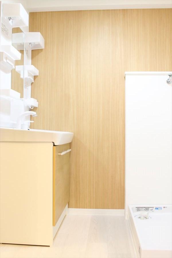 収納も豊富な洗面台。スペースも広いので、朝の慌しい時間帯もスムーズに支度出来ます。