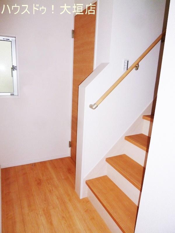 リビングを通って階段へ。家族とのコミュニケーションも自然に取れますね。
