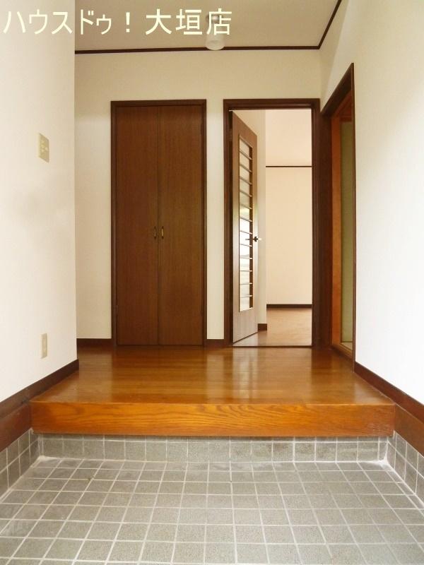 玄関上がりの収納は支度スペースなどにも便利です。