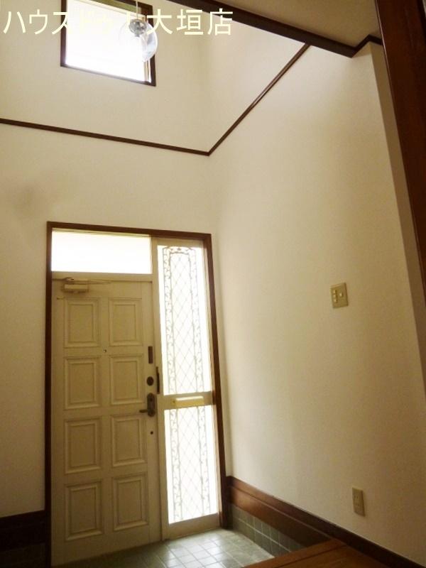 吹き抜けで光を取り込み明るい玄関です。