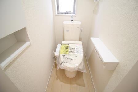 ☆トイレ☆ 窓付きで明るいトイレ 1階・2階の2か所あります!