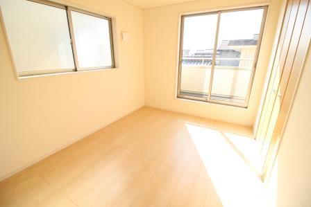 ☆洋室 6帖☆ バルコニーに出られる大きな窓付きの洋室 2か所の窓で明るさもGOOD♪