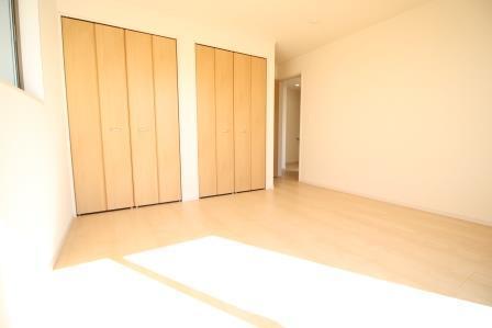 ☆洋室 8帖☆ 夫婦の寝室に便利なクローゼット2つ付き!分けてしまえるのでお洋服に好きな香りをつけることも♪