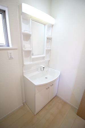 ☆洗面所☆ 清潔感のある白色の洗面台 脱衣スペースも広々♪ シャワー付きなので朝シャンも簡単♪