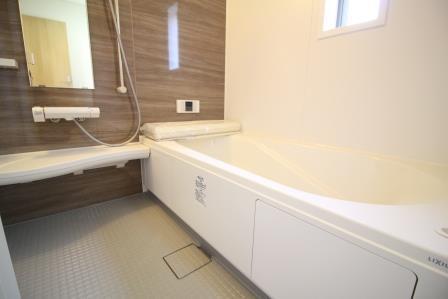 ☆浴室☆ 落ち着いた色合いでくつろげる浴室 嬉しい窓付き(換気扇を回し続けなくてもいいから電気代を節約できます♪)
