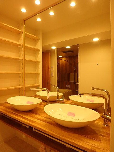 大きな鏡の洗面台 2つ設置されているので混みあう朝も安心です。