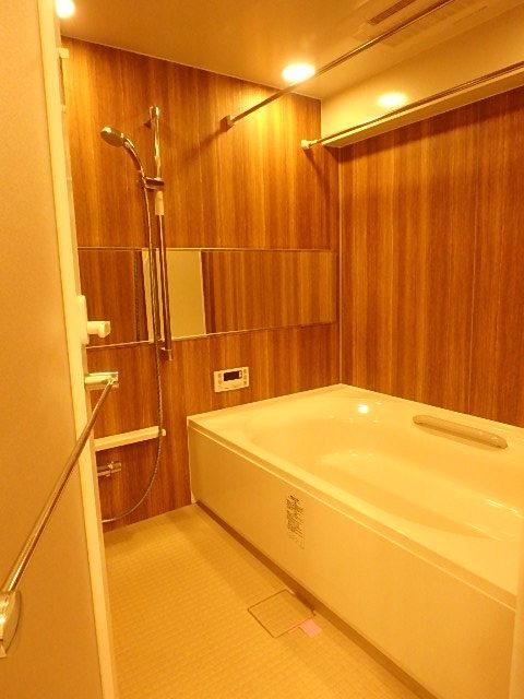 ゆったりくつろげる浴室内