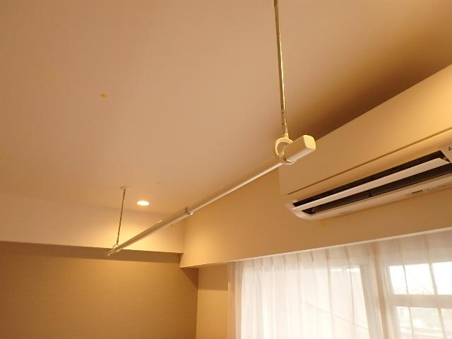 リビングにはエアコン一基設置されています。 室内干し用のポールもあります。